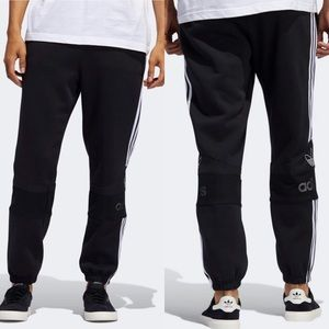 FLEECE SWEAT PANTS WITH BIG LOGOS ON THE KNEES.